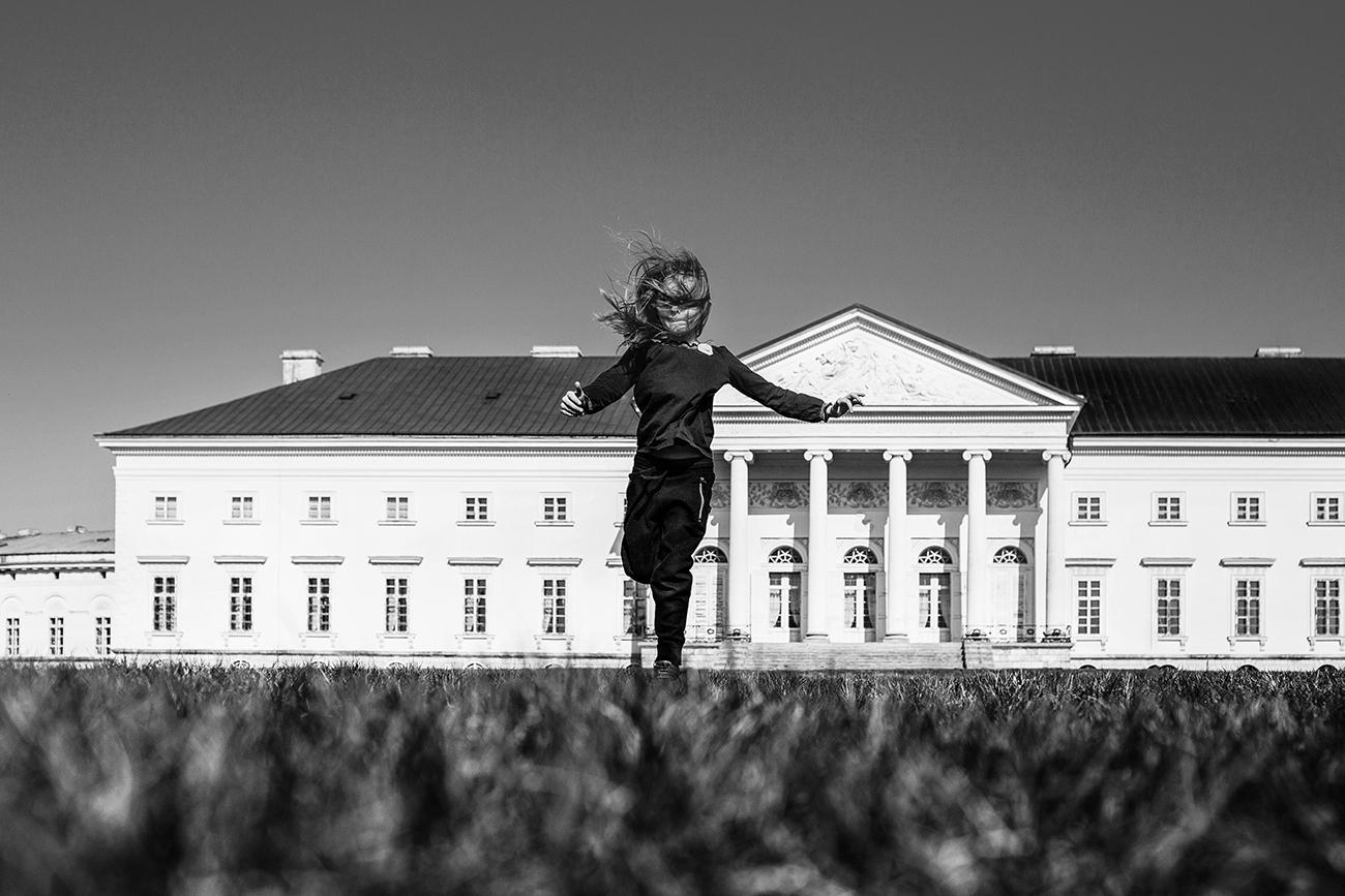 Focení dětí v černobílé v parku 3