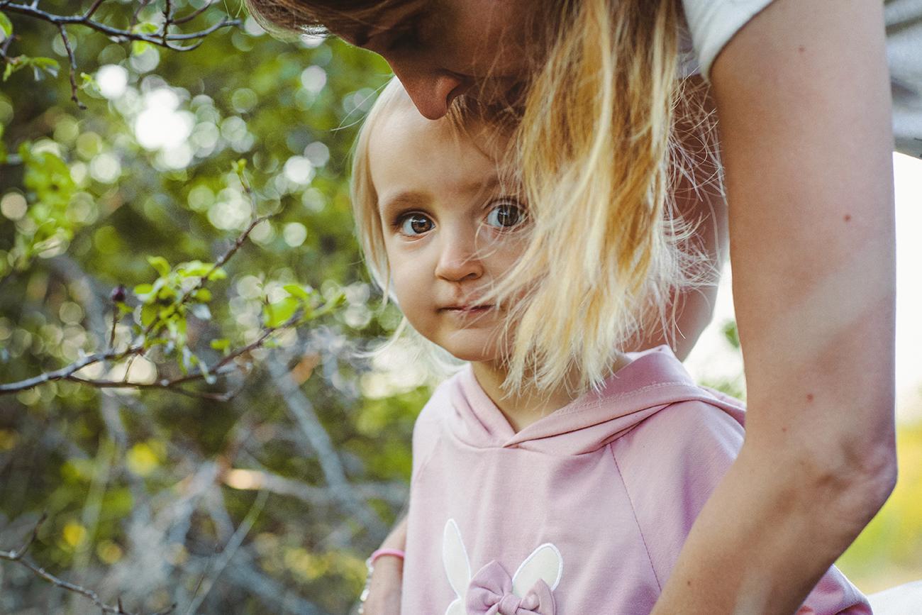 focení dětí s rodinou v krásné přírodě nedaleko Prahy 12
