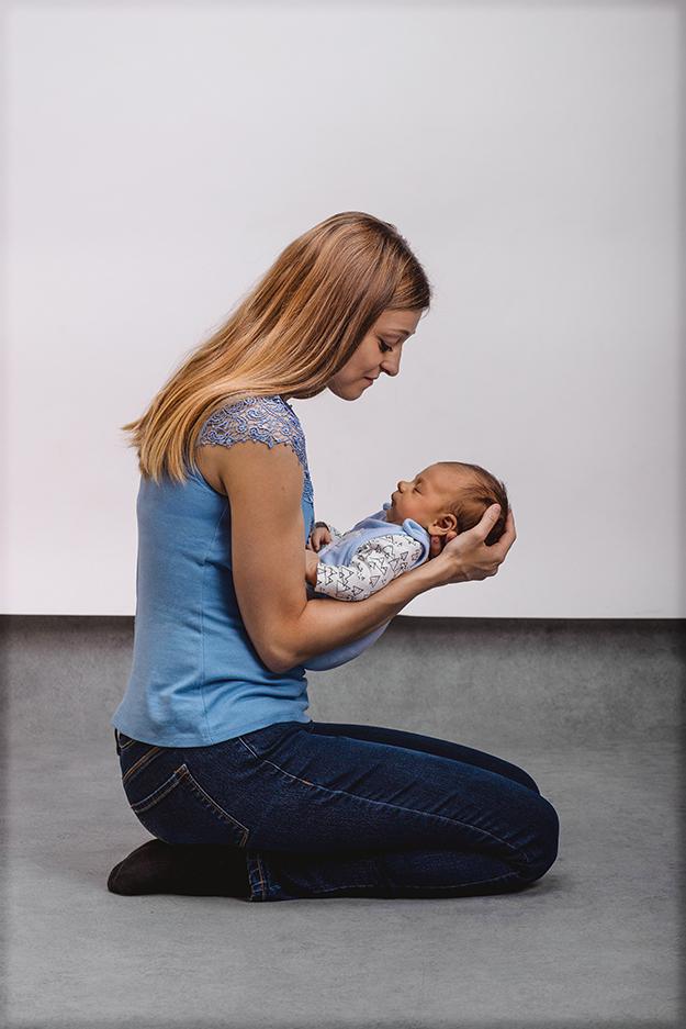 focení malého miminka s rodiči ve fotoateliéru v Praze 10 g