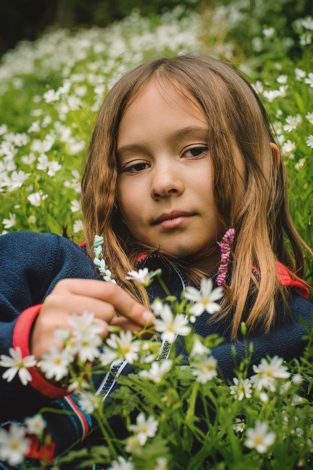 fotografování dětí v přírodě s kytičkami 1