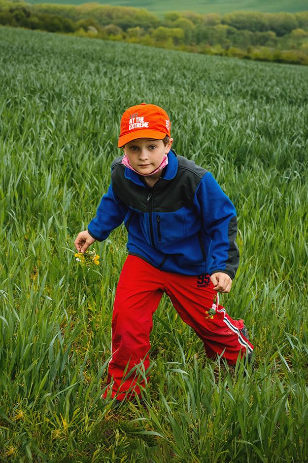 fotografování dětí v přírodě s kytičkami 11