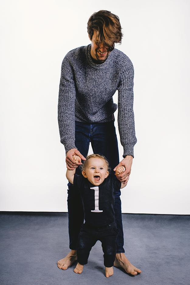 rodinné fotografování v ateliéru s ročním batoletem v Praze 7